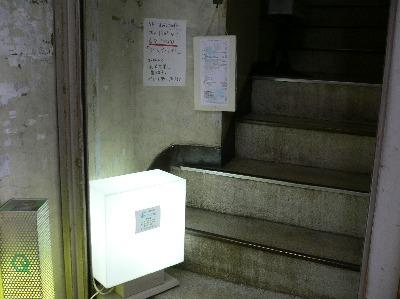 8bit cafeのあるビルの入り口