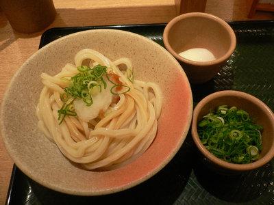しょうゆうどん(中、冷)+ねぎ+温泉玉子@はなまるうどん 甲州街道店(新宿)