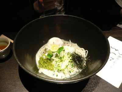 黒胡麻豆乳のぶっかけおうどん(細)@つるとんたん 新宿店(新宿)
