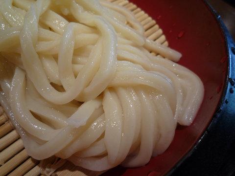 ざるうどん(並)+温泉玉子、アップ@丸亀製麺 大久保店(大久保)